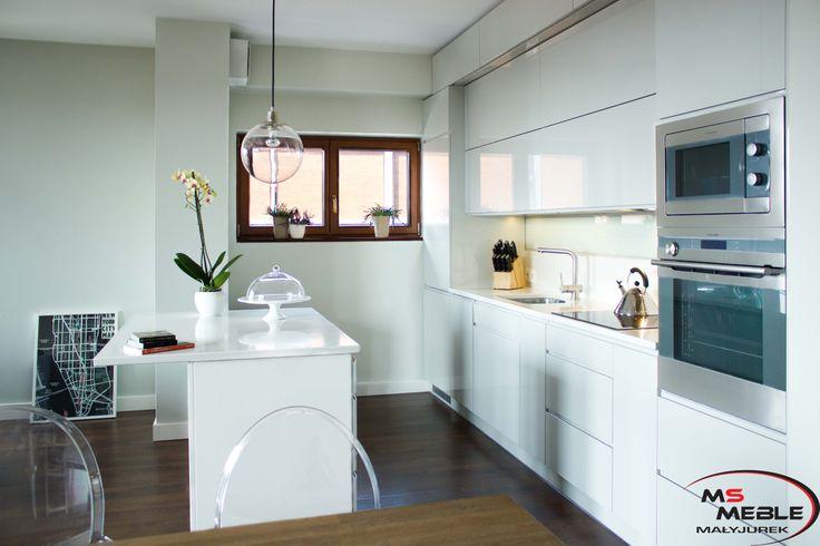 """Niewielka wyspa kuchenna, która służy także jako barek i fajnie wkomponowane """"metaliczne"""" AGD Electrolux do zabudowy - piekarnik parowy i mikrofalówka."""