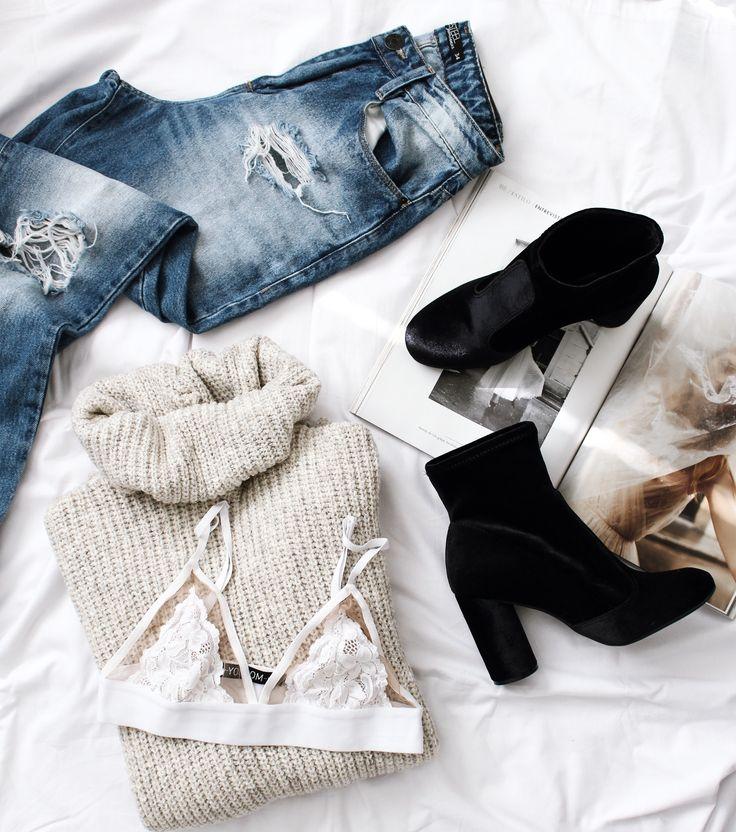 details outfit: mom jeans + oversized sweater + bralette + velvet boots.