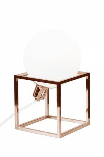 Bordlampe Cube designet med kraftig stamme av firkantet jern i kobber. Opalglass i koppen og laminering i kobber.Hvit tekstilkabel. Lyskilde selges separat. Bredde: 13 cm Dybde: 13 cmHøyde: 14 cmSokkel: E14Max 40W Anbefalt lyskilde: Halogenpære / interiørpære(Glödlampa: L160 Klot Matt LED) Design: Patrick Hall