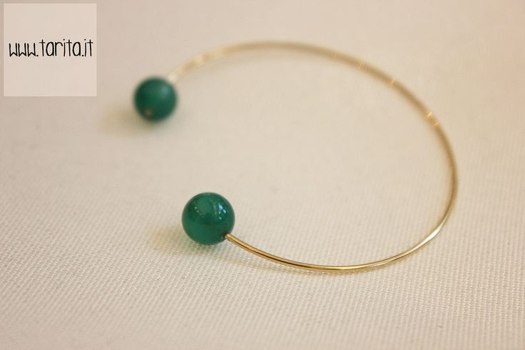 "Tarita, ""5 Octobre"". BRACELET RIRI: delicate bracelet made of brass gilded with 24 carats gold and green agate."