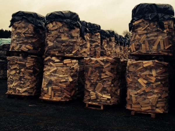 Brennholz trocken oder frisch in 25 , 33, 50 cm srm ab 47 und gespaltene -  Meterstücke rm ab 55 . Sowie Buche / Eiche Stammholz 4-6 m Länge LKW weise ab 39 .