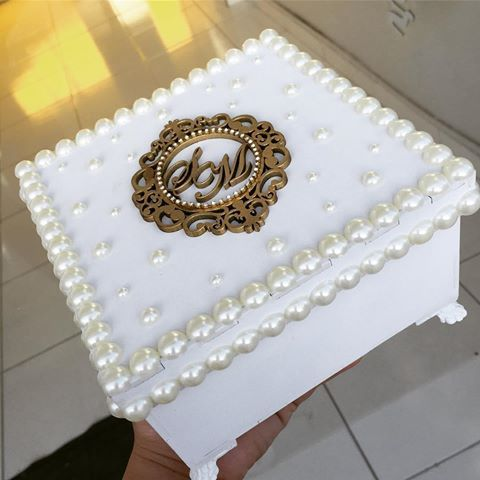 Essa foi a escolha da noivinha Samara! Caixinha clássica com aplicação de pérolas e brasão dourado. Um luxo neh? #ateliearteelaco #facacomagente #arteelaço #arteelaco #wedding #casamento #caixapadrinhos #caixaperaonalizada