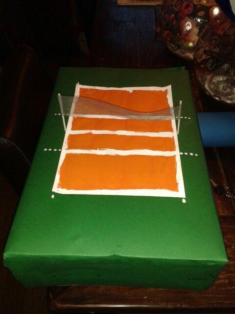 Surprise sinterklaas volleybalveld. Grote schoenendoos bekleden met groen papier. Wit A4 blad beschilderen met oranje verf( of andersom) Lolly stokjes en horgaas voor het net.
