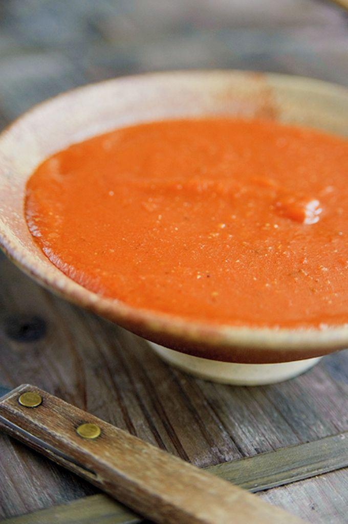 Bereiden:Meng de knoflook, gedroogde ui, oregano, komijn met de tomatenstukjes en bouillon. Blender of pureer met een staafmixer tot een gladde saus.Verhit de olie, roer het chilipoeder erdoor. Bak even kort. Voeg de bloem toe en laat dit een minuutje pruttelen. Giet de saus erbij. Breng op smaak met de suiker, cacao en zout. Laat op een zacht vuur 15 min. koken.Serveren:Giet de saus over gevulde tortilla, bestrooi met geraspte kaas en bak af in de oven op 200°C.Tip: de orega...