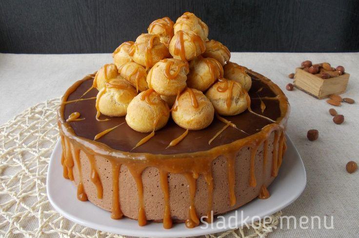 """Любимое многими суфле """"Птичье молоко"""" трансформировалось в новый вариант торта. Теперь это шоколадный торт-суфле с карамельными профитролями ..."""