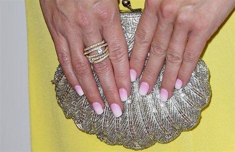 Tendenza unghie di primavera 2017: dal rosa carne al confetto. Tutte le sfumature del nude - VanityFair.it http://www.vanityfair.it/beauty/make-up/17/03/01/unghie-colore-smalto-tendenza-nude-manicure-2017-primavera
