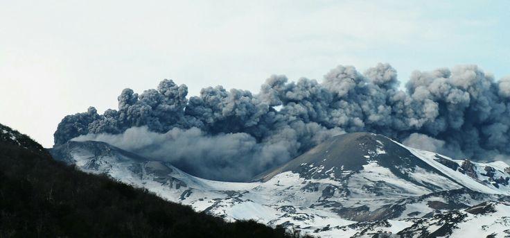 Pulso eruptivo del Volcán Chillán Nuevo. Vapor y cenizas pasando en dirección y por sobre el Volcán Chillán Viejo. Chillán, VIII Región del Biobío, Chile. Septiembre 2016.