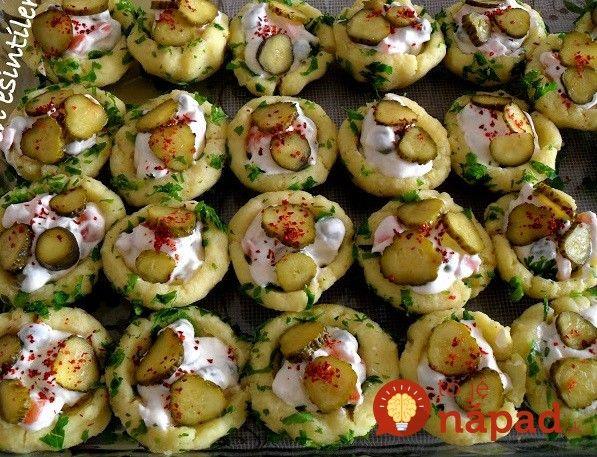 Takto naservírovaný šalát nám spravili na dovolenke v Chorvátsku. Vyskúšala som aj doma a odvtedy robím na rodinné oslavy a má to veľký úspech. Ide v podstate o obyčajný zemiakový šalát, ale ľahší, lepší a vyzerá výborne. Vyskúšajte!
