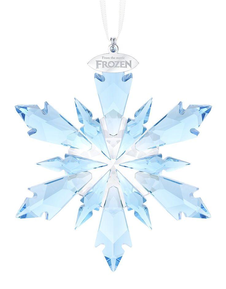 Swarovski Ornament Frozen Snowflake 5286457. Maak uw kerst dit jaar extra sprankelend met deze prachtige Frozen sneeuwvlok van blauw Swarovski kristal. De sneeuwvlok bestaat uit 300 schitterende facetten welke willen sprankelen in uw kerstboom. De woorden 'From the movie Frozen' zijn elegant gegraveerd in een metalen labeltje. Een musthave voor Swarovski verzamelaars. De hanger is inclusief een wit satijnen lint.
