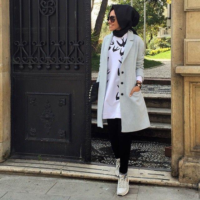 Veste verte claire tunique blanc et noir pantalon noor basquettes