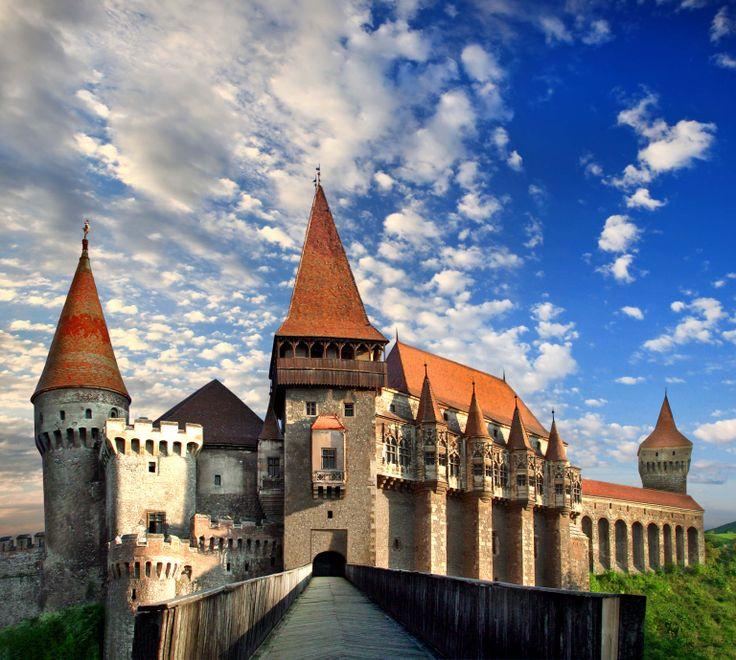 Schloss Corvinesti (1440-1480) in Hunedoara. Das Schloss wurde von französischen Vorbildern inspiriert und hat eine wichtige Rolle in der Geschichte Siebenbürgens gespielt.Im Laufe der Zeit wurden viele Umbau – und Renovierungsarbeiten sowie Erweiterungen durchgeführt, jede in den für ihre Zeit typischen Baustil. Das hat dazu geführt, dass das heutige Schloss eine harmonische Mischung verschiedener Baustile aufweist.