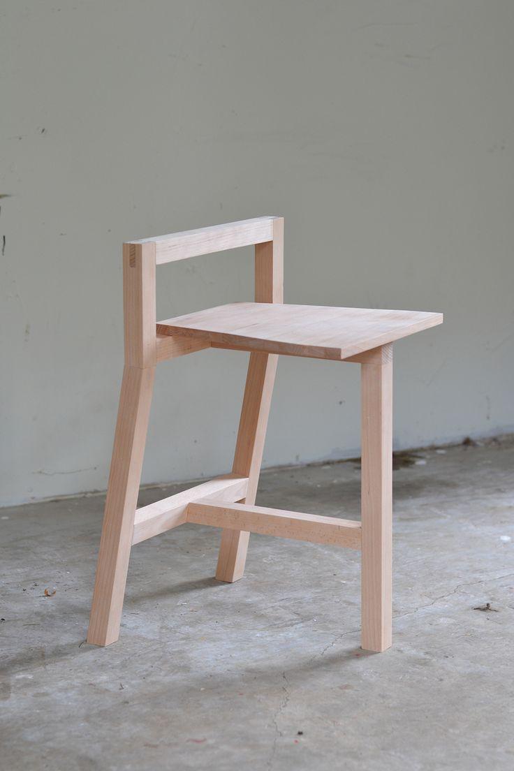 Houten stoel met wel hele aparte vormen.   Kijk voor eetkamerstoelen op: http://eetkamerstoelen365.nl/