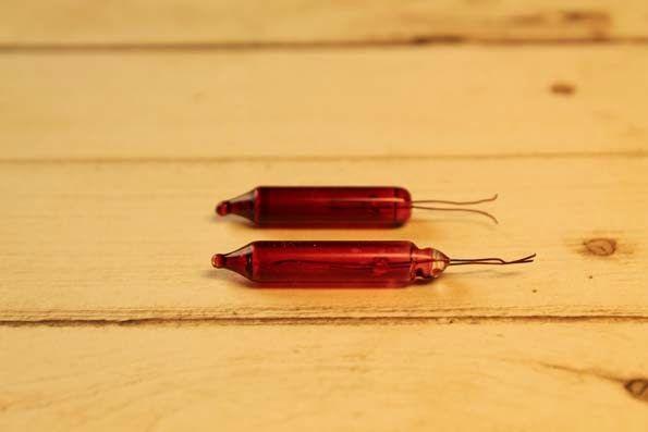 Viinipulloja Wine bottles     Lasiset viinipullot viimeistelevät nukkekodin ruokapöydän ja näyttävät arvokkailta.           Materi...