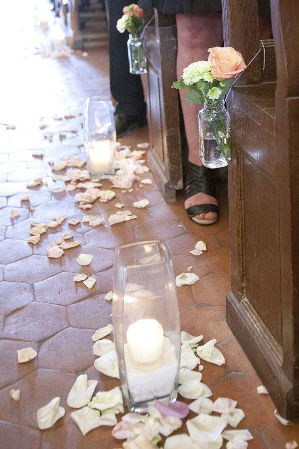 Une chouette Wedding planner... Décoration église simple. Bougie, pétale, petite bouteille bout de banc. Réalisé par ameliage.fr