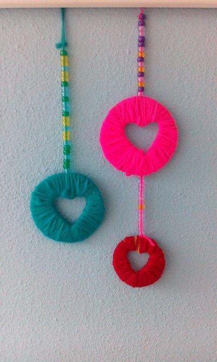 Valentijns hanger met hartjes. Kralen rijgen en garen wikkelen om een kartonnetje
