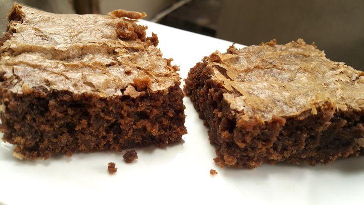 Unos brownies increíbles super húmedos y con esa crosta particular! Con premezcla casera, libre de lactosa y libre de gluten.  Apta para celíacos. Receta: www.smileybelly.com
