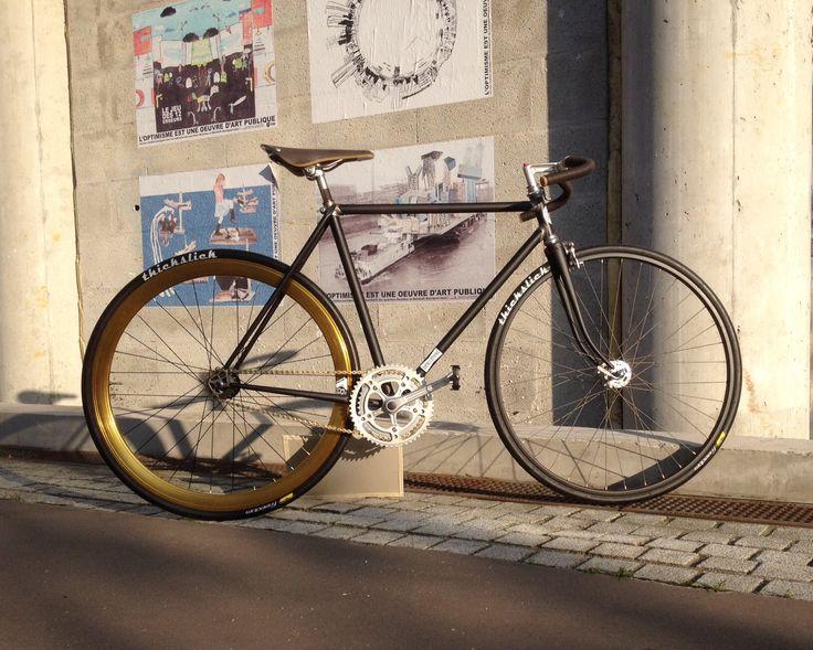 Fixie : la 3ème vie d'un vélo familial à travers 3 générations.  Roue Fixie Arrière Origin 8 Or adz - Selle Brooks cambium C15 Rust - Pneus ThickSlick Sport700 Noir - Cadre d'origine Gitane - Pédalier d'origine STRONGLIGHT - Roue avant d'origine RIGIDA
