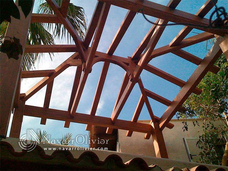 Montaje de estructura de cubierta a 4 aguas en vigas de madera laminada.  navarrolivier.com