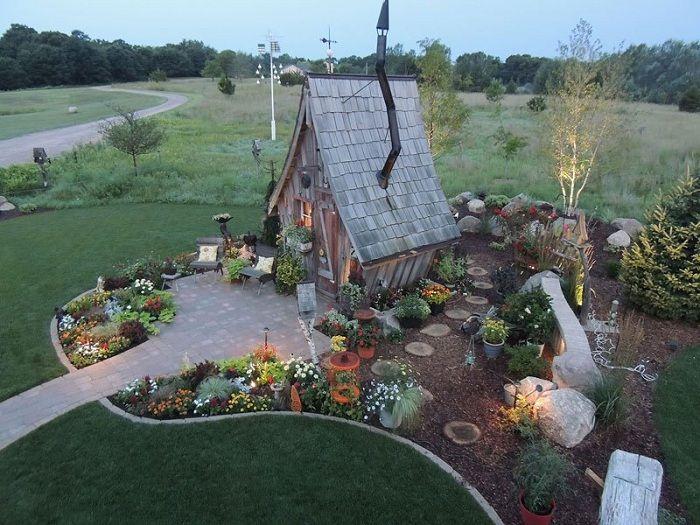 «Сказочный» домик - украшение любого дачного участка.