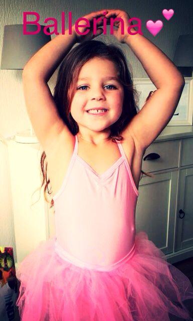 My beautiful niece in her ballerina outfit. | Felies01 |