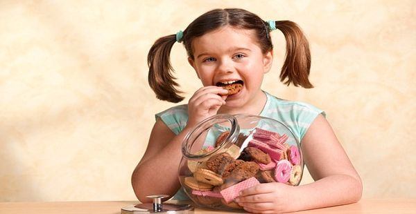 Çocuklarda Fazla Kiloya Dikkat Obezite vücutta artmış yağ kitlesini ifade eder. Günümüzde obezite çocukluk çağının en yaygın kronik hastalığı haline gelmiştir.