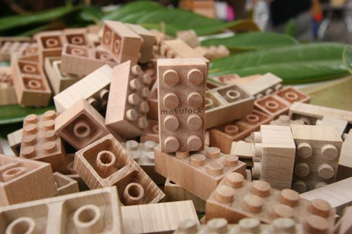 山形県の間伐材で作られた、遊びおわったら土に還せる木製ブロック「もくロック」    みなさんは間伐材ってご存知ですか?森林を育てる過程で、木が密集してしまうと日光が当たらずに育たない状態になってしまうので、曲がったり細かったりする木を間引く必要があります。そこで出た木材が間伐材です。