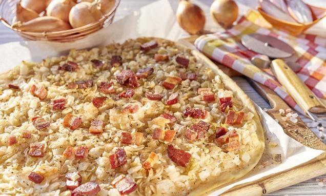 Ciasto cebulowe zboczkiem dobrze smakuje na ciepło, jak ina zimno.
