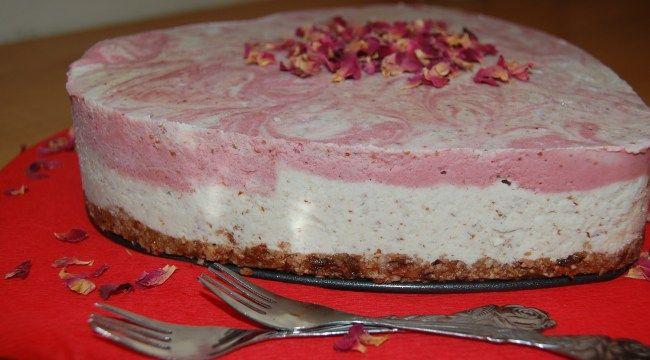 Raw White Chocolate & Strawberry Marbled Ice Cream Cake #vegan #raw #cake #rawvegan