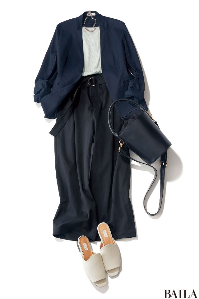 ジャケット×パンツの組み合わせは、簡単なのにきちんと大人らしく見える嬉しいコーディネート。ノーカラージャケット&太めパンツにすれば、きまじめにならずエレガントなムードに。重たくならないいよう、インと足元はホワイトを入れて抜け感を作るのがオススメです。インに着るトップスをオフショル・・・