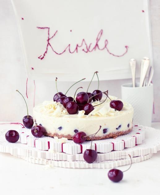 Kuchen mit Keksboden, frischen Kirschen und Käsecreme - die fruchtig-kühle Variante für den Sommer.