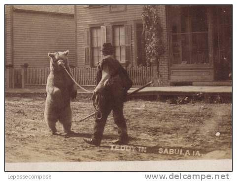 TOP UNIQUE CARTE PHOTO - UN MONTREUR D´ OURS ARRIVE DANS LA VILLE DE SABULA - Delcampe.net demonstrator niedźwiedzi stara pocztówka
