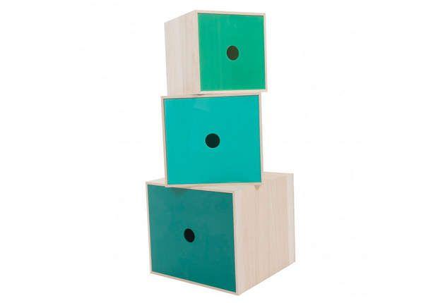 Trio coloréBoîtes de rangement carrées en bois naturel et en acrylique vert. 32 x 32 x 32 cm, 27 x 27 x 27 cm, 22 x 22 x 22 cm. «Sebra», chez Léo Le Pirate.com, 140 € le lot.