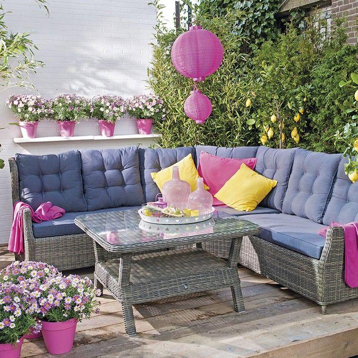 Vrolijke loungehoek #loungehoek #vrolijk #tuinmeubel #loungen #terras #intratuin
