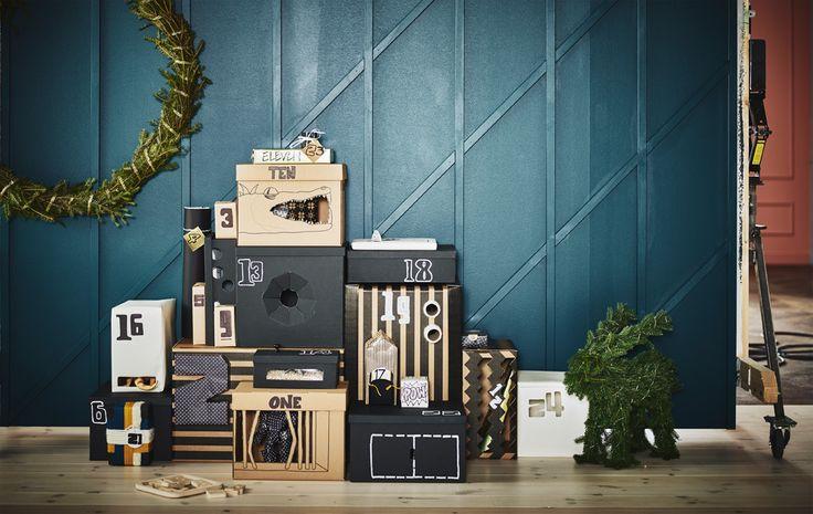 Un calendario dell'avvento costituito da scatole di diverse forme e dimensioni impilate contro una parete - IKEA