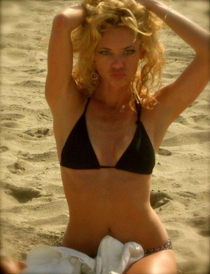 8/14/13: 'That 70s Show' star Lisa Robin Kelly (she played Lorie Forman, older sister to Topher Grace's Eric Forman) died on Aug 14, 2013. Lisa went into cardiac arrest and passed away in her sleep at a California rehabilitation center.