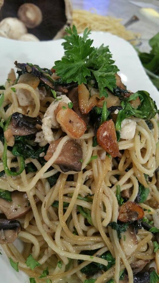 Espaguetis con pollo, setas y espinacas (VIDEO)