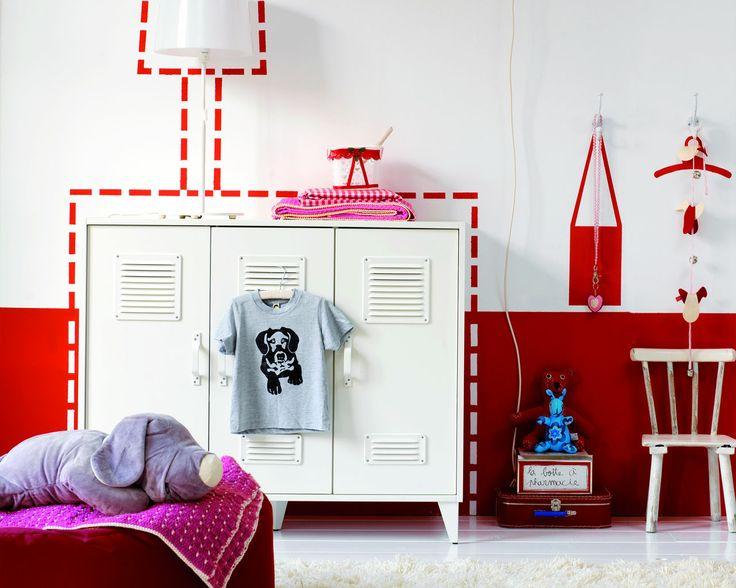 Faites vous plaisir avec un rouge vif dans la chambre d'enfant. Le contraste entre le rouge vif et le blanc pur donne un air très ludique à cette chambre tout comme les illustrations peintes sur le mur.