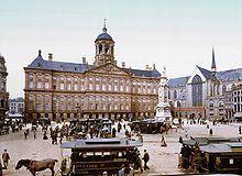 L'Environnement: Palais royal d'Amsterdam (terminé en 1665). Il fut construit par Jacob Van Campfen à Amsterdam. L'ancien hôtel de ville est basé sur l'architecture romaine et est un chef d'oeuvre d'Ingénierie avec ses quelques 13 659 piles de bois pour le soutenir.