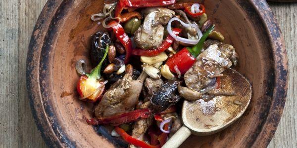 Ter ere van haar nieuwe kookboek 'Van Tajiine Tot Havermout' deelde Jamila Winwood haar recept voor tajine van kip met dadels.