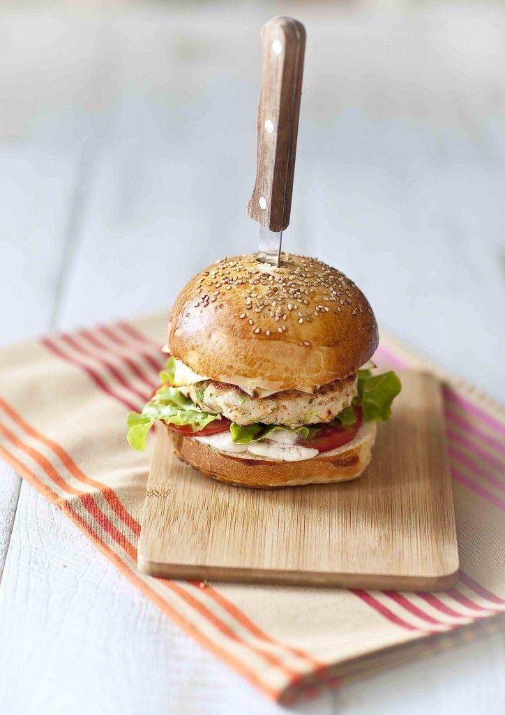 Burger basque au poulet et brebis De la viande blanche pour ce burger relevé au piment d'Espelette, gourmand et particulièrement digeste: volaille et fromage de brebis sont bien plus légers que le steak de boeuf et le fromage de vache. Le bun au sésame est aussi fait maison, pour que tu puisses l'arranger à ta convenance. © Panier de Saison © Anne Demay-Reverdy http://bit.ly/1K6MJcJ