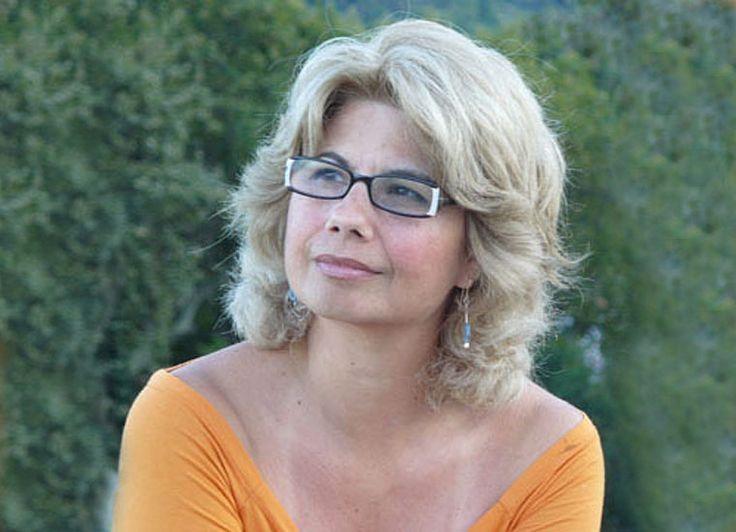 Συνάντησα την συγγραφέα Πέρσα Κουμούτση λίγη ώρα πριν γίνει η παρουσίαση του νέου της βιβλίου «Αλεξανδρινές φωνές στην οδό Λέψιους», στα Public Κατερίνης. Μιλήσαμε για το βιβλίο της μα και για όλο το συγγραφικό και μεταφραστικό έργο της.
