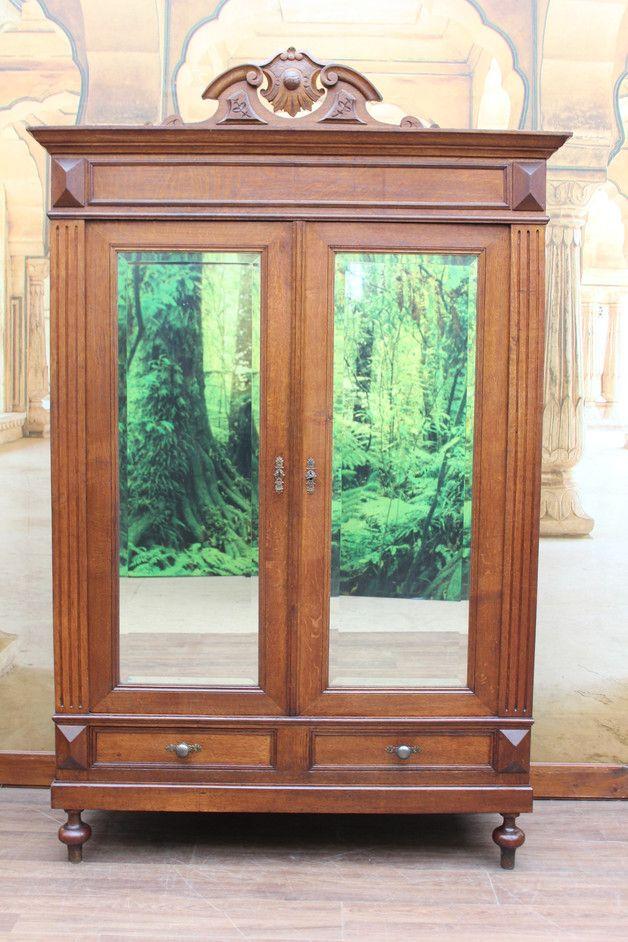 ein wunderschöner seltener  antiken massiven großen Gründerzeit Kleiderschrank mit einzigartigen Kunst Schnitzerein und edlen geschliffenen Spiegeln   ca.1880 Er hat zwei Türen und zwei...