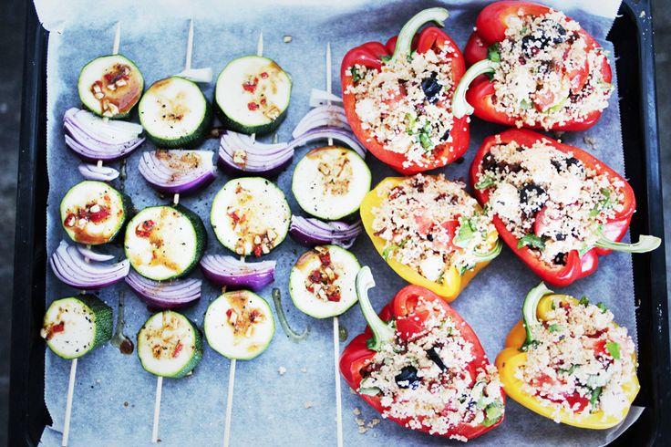 Näringsinnehåll per fylld paprikahalva: Kcal: 150 KH: 12 g Det här är somrig mat när den är som bäst. Den fyllda paprikan blir fyllig och smakrik och är perfekt som tillbehör till annan mat, eller som en lätt, fräsch och somrig middag på egen hand. Fylld paprika passar bra till grillat, gärna med lite tzatziki vid sidan av. Paprikan kan även förpackas i folie och läggas på grillen, så detta är en rätt med många möjligheter. Massor av nyttig näring och ett lågt innehåll av kolhydrater, samt…