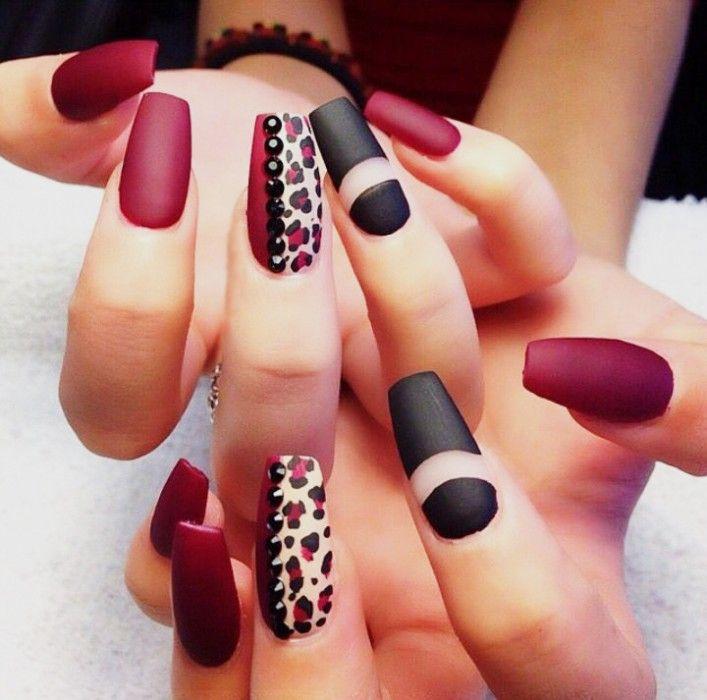 Uñas rojas con efecto mate y en animal print y negro