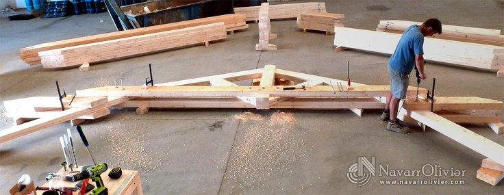 Montaje de cercha en vigas de madera laminada encolada. navarrolivier.com