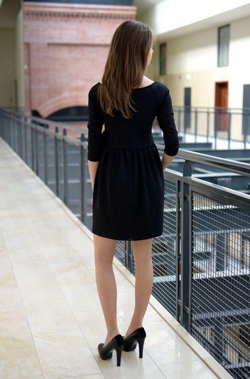 Sukienka w kolorze intensywnej czerni,z tyłu zapinana na ekspres. Sukienka udekorowana z dużym kokardką. Wykonana z najlepszych materiałów. Modny design i niepowtarzalny wygląd. Doskonałe do licznych stylizacji na każdą okazję.