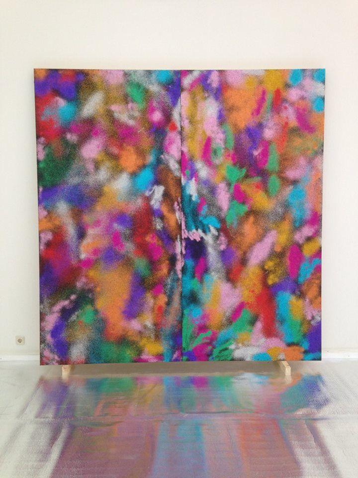 Opbouw No Cover Image  Ze hebben elkaar over de grens heen gevonden omdat hun werk op spannende manieren samenvalt. Het zijn kunstenaars die zich schilder noemen al gebruiken ze haast nooit de daarvoor geschikte materialen. Met één been in de schildertraditie en één been in de 90er jaren postpunk-trash maken ze werk dat van de muur knalt, de ruimte in.  Het is niet alleen PUNKTRASH het is ook GAYDISCO. I love it!