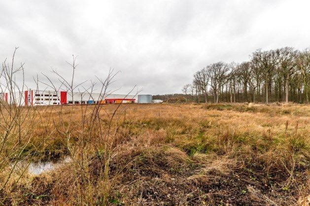 Het gerooide Ferrarisbos ligt na 2,5 jaar nog braak. Transportbedrijf H. Essers wil ook het laatste deel van het bos kappen.