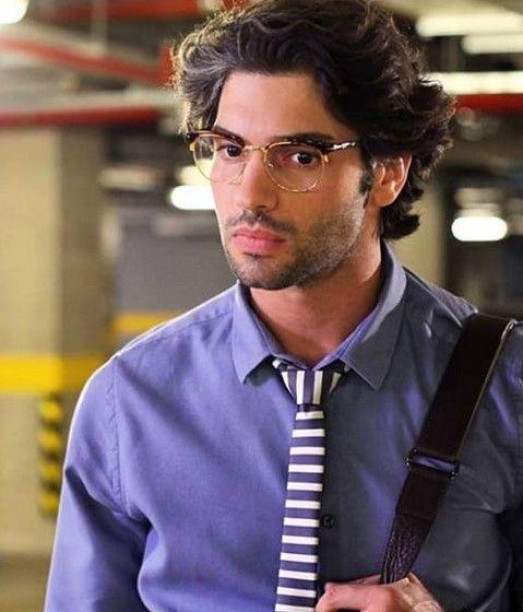 """Şükrü Özyıldız (Eren) açık mavi gömlek ve kravat kombini markası: """"Fabrika"""""""