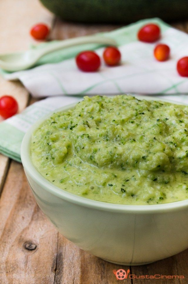 Zucchini pesto - Pesto di zucchine crude con menta e pinoli è una deliziosa salsa, perfetta per condire la pasta oppure spalmata su crostini di pane.